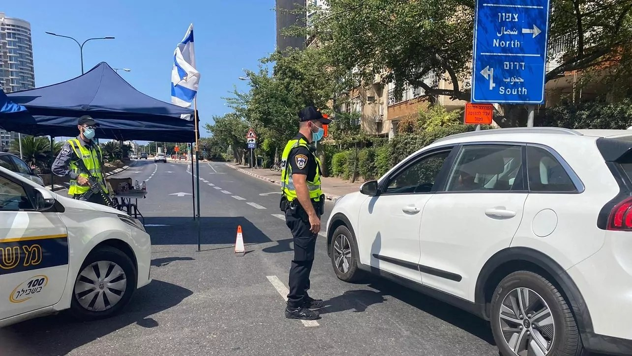 Puesto de control de la Policía de Israel con motivo del confinamiento por COVID-19