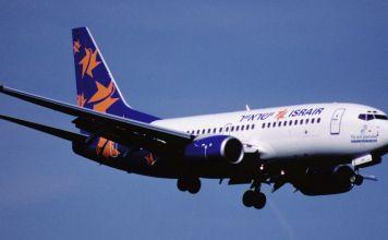 avión de la compañía Israir en vuelo, blanco con la cola en azul y diseños en neranja de Estrellas de David