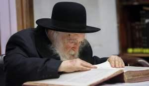 El rabino Jaim Kanievsky estudiando un texto religioso judío