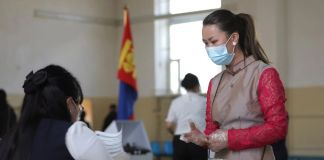 Dos personas con cubrebocas debido al COVID-19 en Mongolia