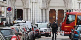 Policías frente a la iglesia de Niza, Francia, donde se presentó un atentado el 29 de octubre de 2020
