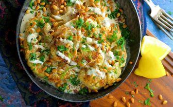 Te presentamos esta receta saludable y deliciosa, ideal para Sucot, de coliflor rostizada con tahini y piñones que le va a encantar a toda la familia