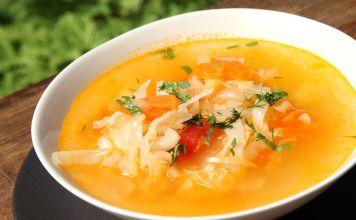Shchi, o sopa de col rusa, es una de las sopas más famosas de Rusia. Suele prepararse con col blanca o verde, pero hay algunas versiones con espinacas