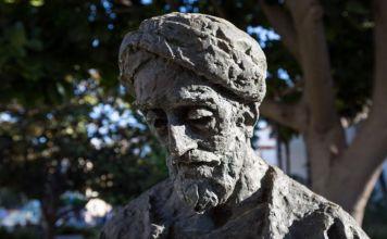Acercamiento al rostro de la estatua del poeta judío Shlomó Ibn Gabirol