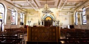 Interior de una sinagoga en la ciudad de Casablanca en Marruecos