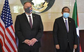 Mike Pompeo con el primer ministro de Sudán, Abdalla Hamdok