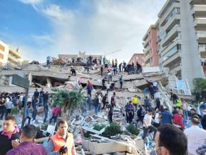 Edficio colapsado en Izmir, Turquía, luego del sismo de 7 grados del 30 de octubre de 2020