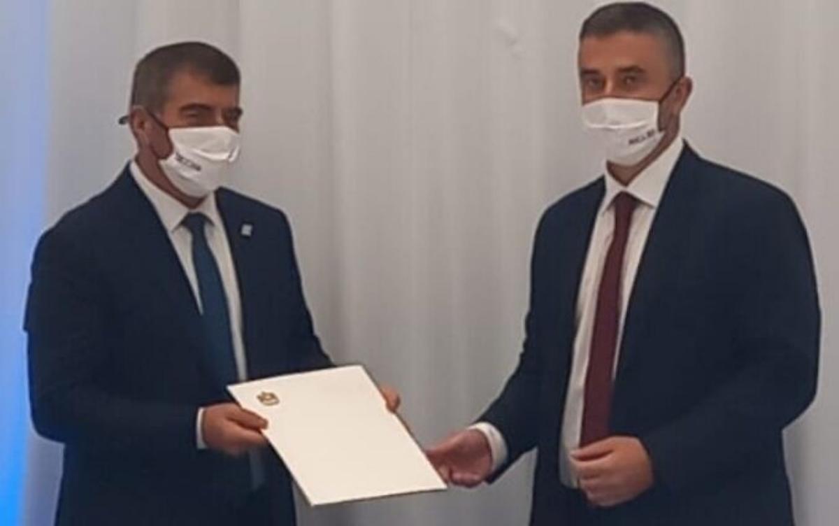Funcionario emiratí Omar Saif Ghobash entrega una misiva al ministro de Exteriores de Israel, Gabi Ashkenazi