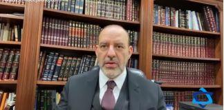 El Rabino Yosef Birch hace referencia en que la Torá nos marca que siete días hay que estar alegres y contentos, lo que no se ve en otras fiestas.