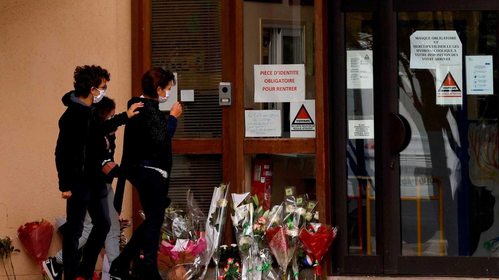 Vista de la facha de la escuela donde trabajaba el profesor decapitado en Francia