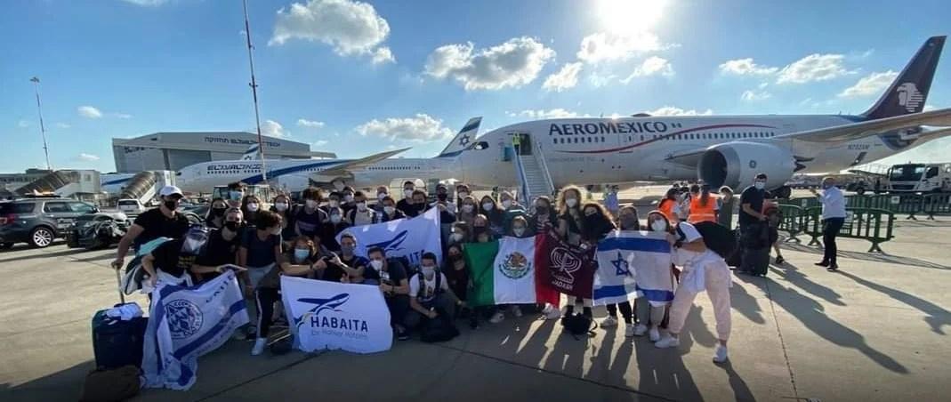 Olim mexicanos a su llegada a Israel con apoyo de la Operación Habaita