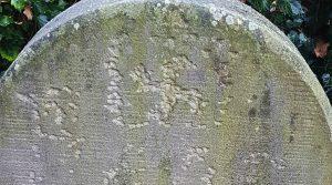Una esvástica tallada en una lápida en el cementerio judío de Haren, Alemania, en noviembre de 2020.