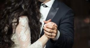 Fotografía de una pareja de novios bailando en su boda