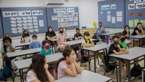 Niños durante una clase en Israel durante la pandemia de COVID-19