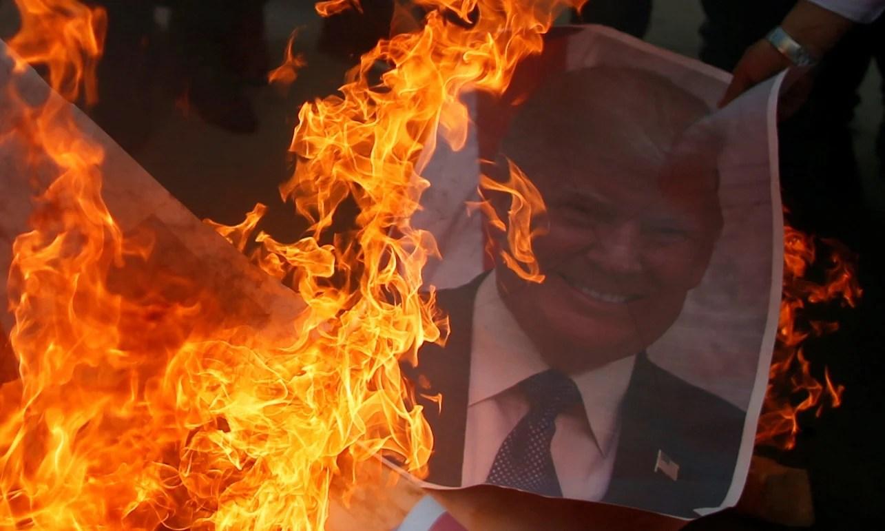 Imagen de Donald Trump es quemada en una protesta palestina