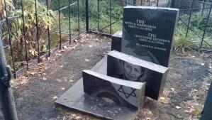Lápidas destruidas en el cementerio judío de Malyn, que está a unas 60 millas al noroeste de la capital, Kiev en Ucrania