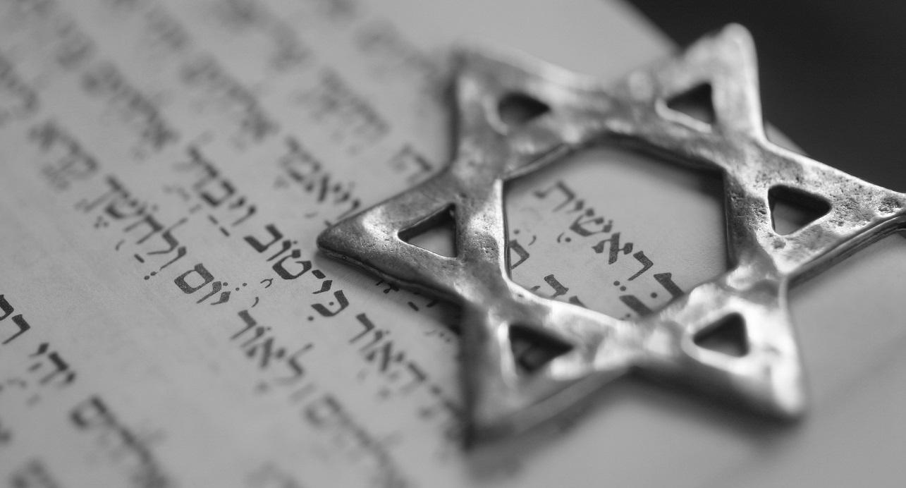 Una estrella de David sobre la primera página del libro de Génesis en hebreo