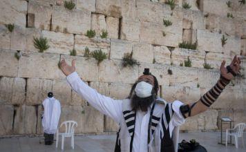 Un religioso judío en oración frente al Kotel