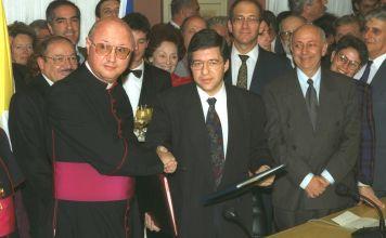 En la foto el Viceministro de Relaciones Exteriores de Israel Beilin con el Viceministro de Relaciones Exteriores Vaticano Monseñor Celli durante la ceremonia, que formaliza las relaciones entre Israel y el Vaticano.