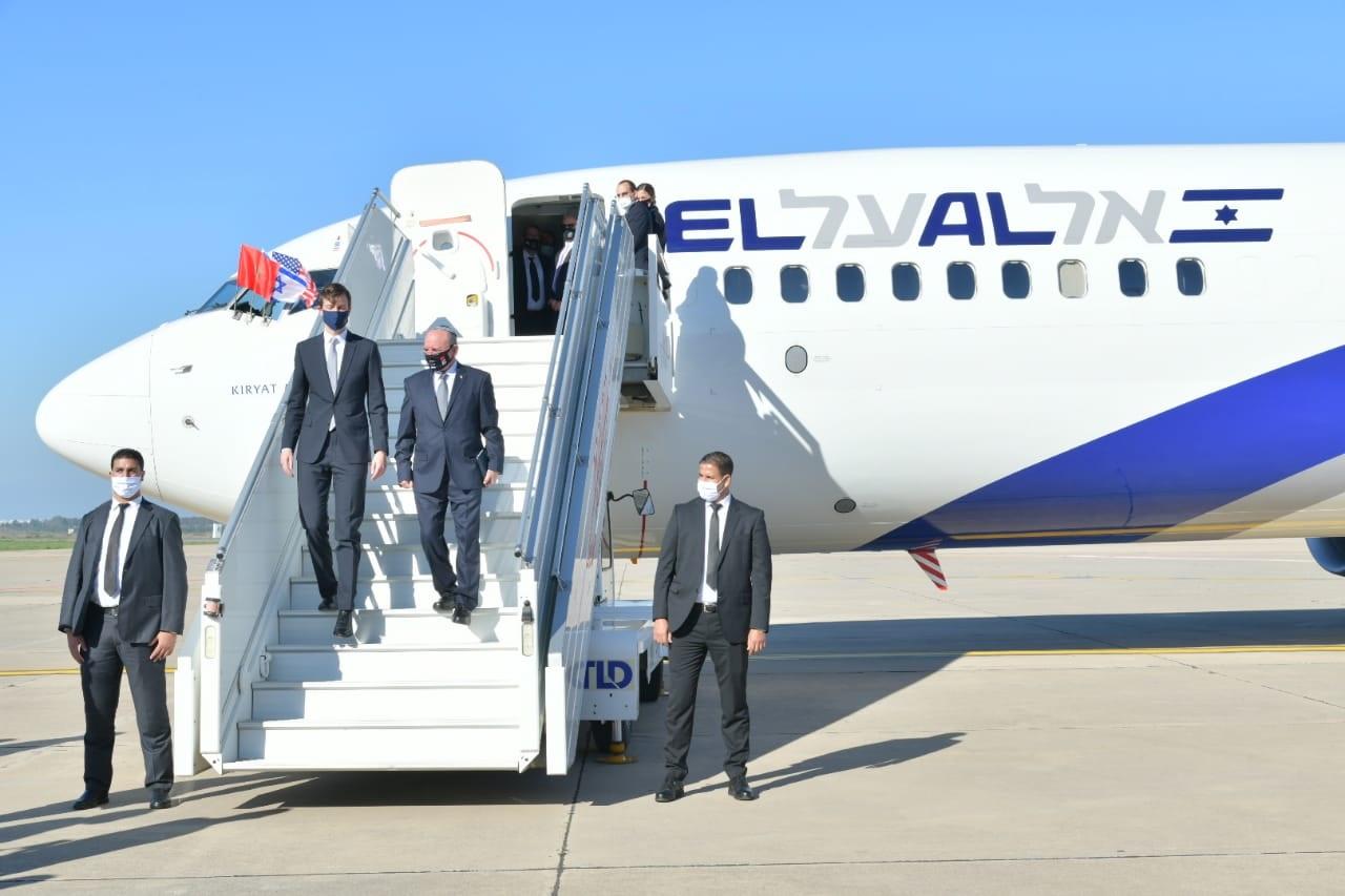 Jared Kushner y Meir Ben-Shabbat descienden de un avión de la aerolínea El Al