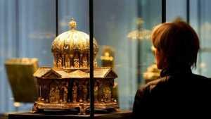 obra de arte religiosa expuesta en un museo