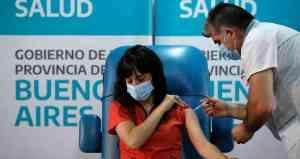 El gobierno de Argentina comenzó la aplicación de la vacuna rusa Sputnik V, aplicándola a trabajadores de la salud de todo el país.