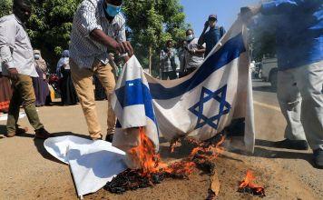 Manifestantes sudaneses quemaron banderas israelíes durante una manifestación contra la reciente firma de un acuerdo de normalización con Israel.