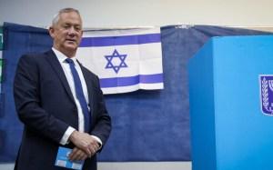 Benny Ganz junto a una urna electoral