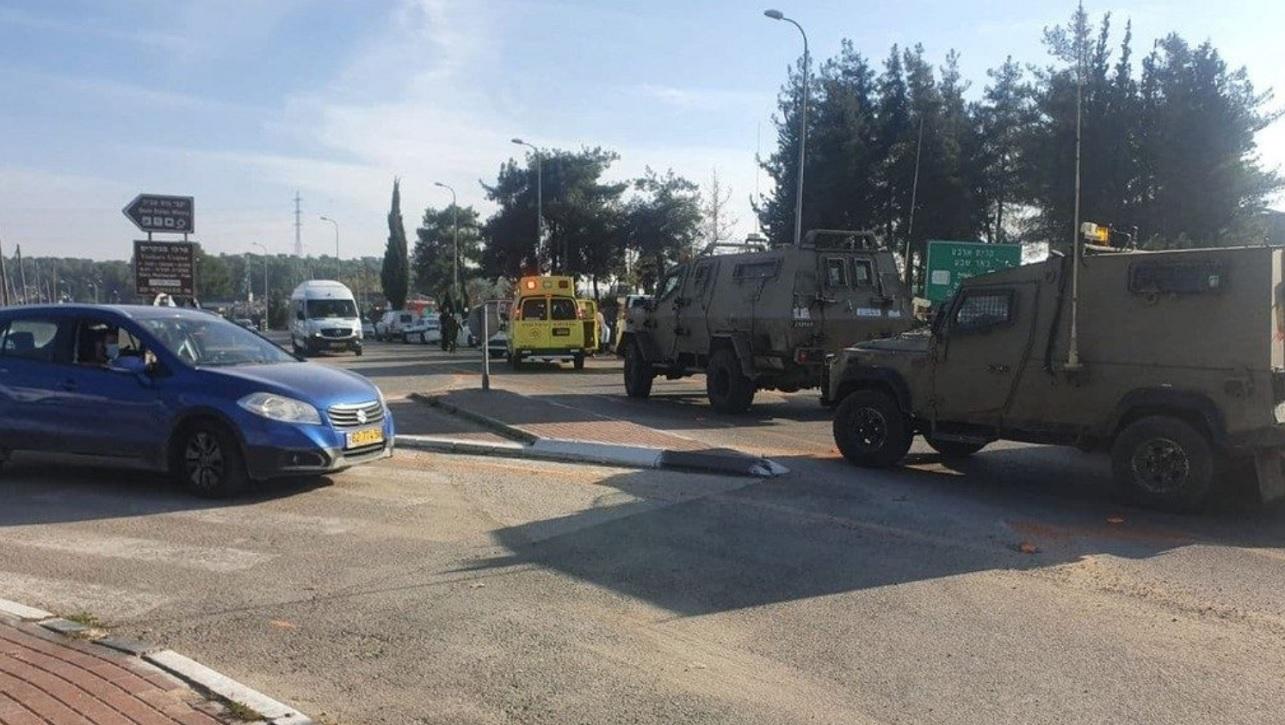 Avenida en Judea y Samaria con vehículos militares