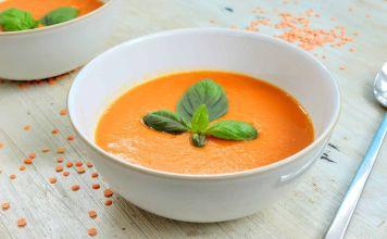 Una receta rápida, sencilla y saludable, esta sopa de camote y lentejas rojas está llena de vegetales frescos y es muy rica en proteínas.