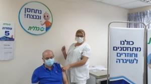 Ciudadano israelí siendo vacunado contra COVID-19