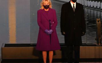 Jill Biden eligió un conjunto púrpura, que incluía un abrigo, guantes y cubrebocas a juego el diseñador Jonathan Cohen, hijo de judíos mexicanos.
