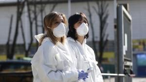 Dos mujeres con equipo de protección personal sanitario