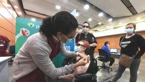 Persona siendo vacunada contra COVID-19 en Israel