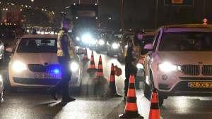 Policías durante el toque de queda nocturno en Israel por COVID-19