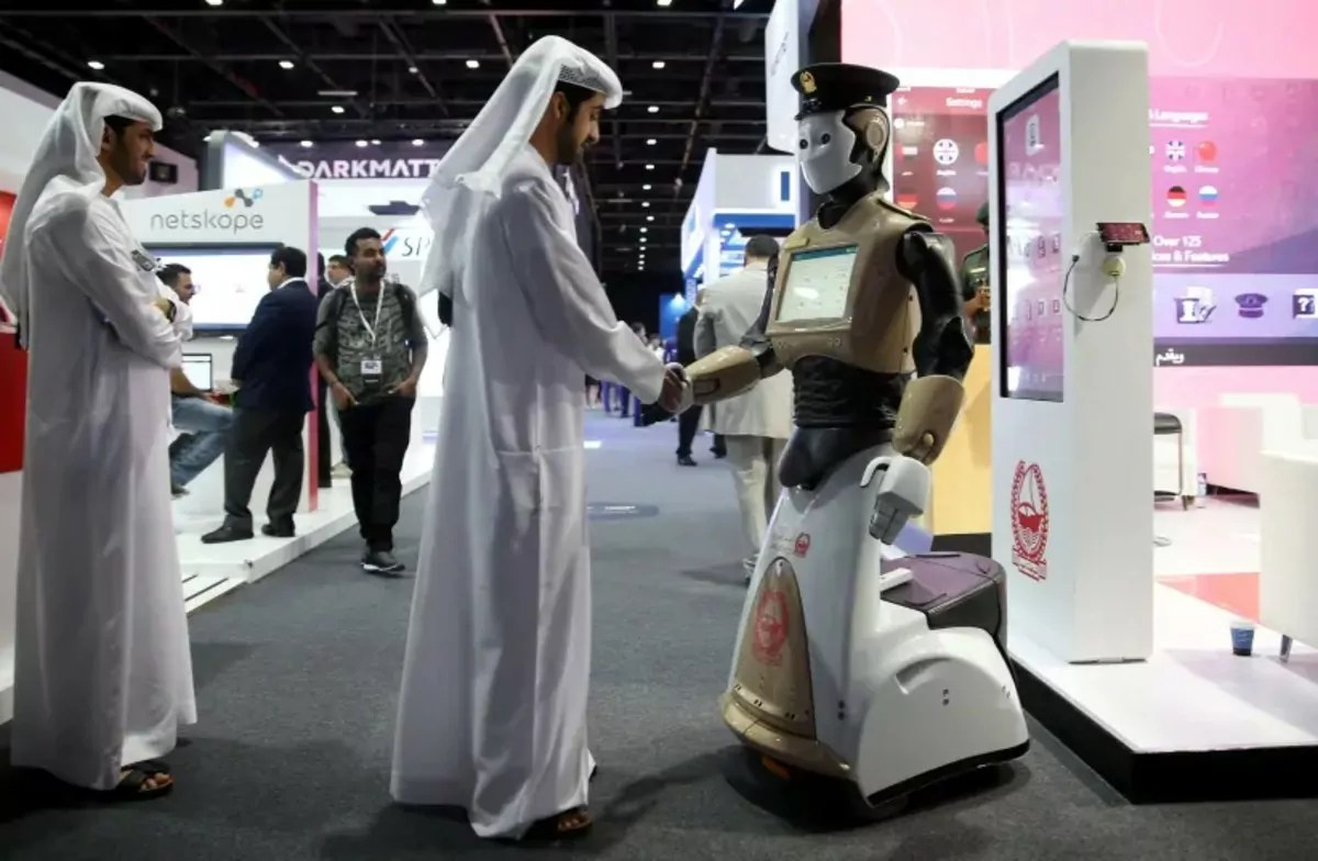 hombre estreecha la mano d eun robot en una expoexpo
