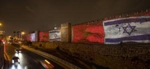 Banderas de Israel y Marruecos en los muros de Jerusalén