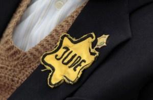 estrella de David de tela amarilla que obligaron los nazis en una solapa