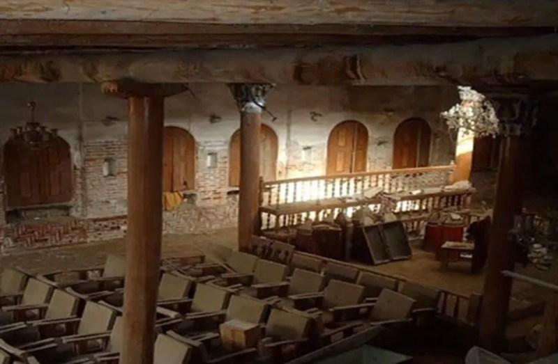 interior de una sinagoga antigua en desuso