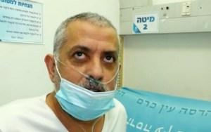 paciente en sala de hospital con mascarilla
