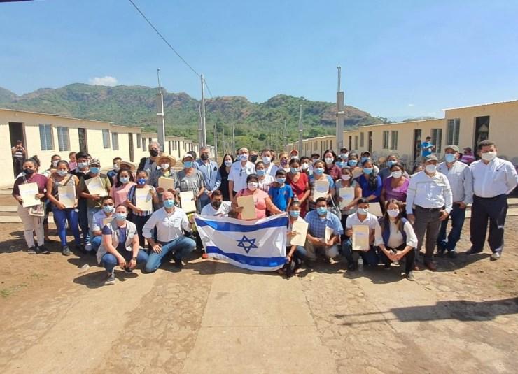 CADENA y la Embajada de Israel en Guatemala entregaron 39 viviendas para familias afectadas por la erupción del Volcán de Fuego, en Guatemala.