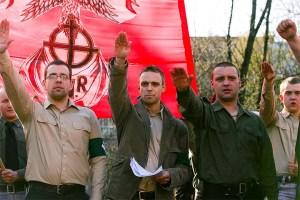 Un historiador estatal de alto nivel en Polonia renunció tras la publicación de fotos de 2007 en las que parece estar haciendo un saludo nazi