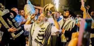 La música hecha por judíos pasó por un proceso de culturización paralelo al que ocurrió en el Imperio Otomano para los sefarditas.