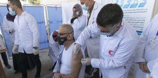 Palestino siendo vacunado contra COVID-19