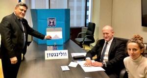 Embajador de Israel en Nueva Zelanda votando