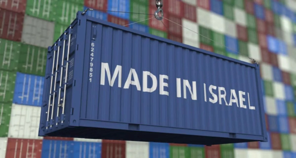contenedor azul con la inscripción en inglés de Hecho en Israel