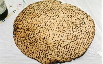 Pésaj comenzará muy pronto. El día Sábado 27 de Marzo de 2021 por la noche. Una de las Mitzvot más características de Pésaj es comer esto.