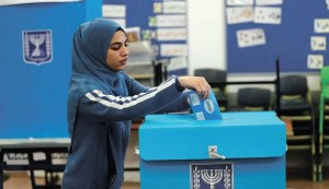 Ciudadana israelí votando