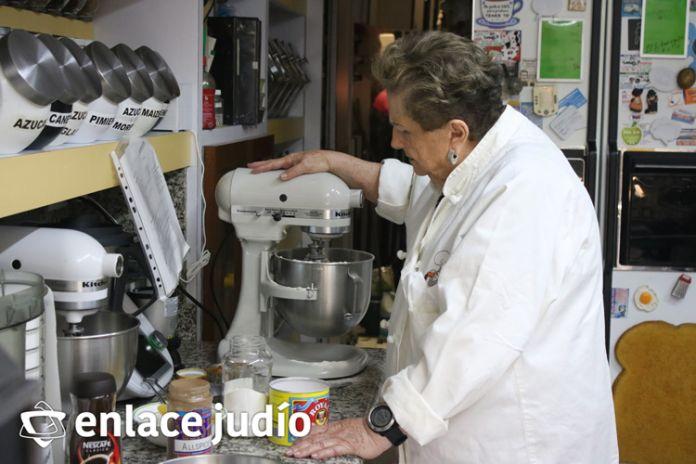 Nuestra Bobe Irma en los preparativos del pastel de miel