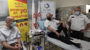 Benjamín Netanyahu donando sangre